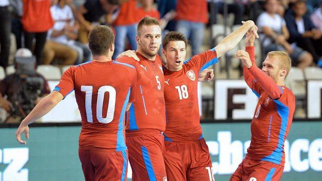 Čeští futsalisté (zleva) Michal Seidler, Michal Kovács, Michal Belej a Radim Záruba se radují z gólu proti Bělorusku.