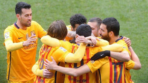 Fotbalisté Barcelony se radují z gólu proti Eibaru.