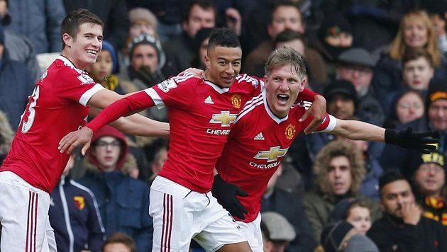Záložník Manchesteru United Bastian Schweinsteiger (zcela vpravo) slaví se spoluhráči gól. I on musí obstarávat střelbu.