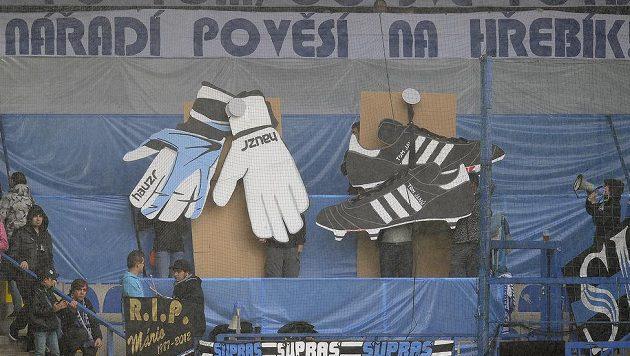 Fanoušci Liberce pojali loučení s klubovými legendami Tomášem Janů a brankářem Zbyňkem Hauzrem originálně.
