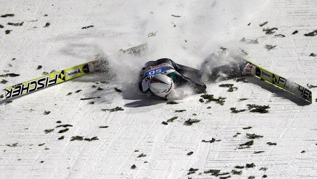 Pád Švýcara Simonna Ammanna při posledním závodě Turné v Bischofshofenu