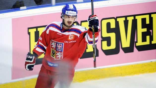 Český útočník Martin Zaťovič jásá poté, co otevřel skóre utkání se Švédy.