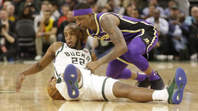 Khris Middleton (22) z Milwaukee a Kentavious Caldwell-Pope z Los Angeles Lakers.
