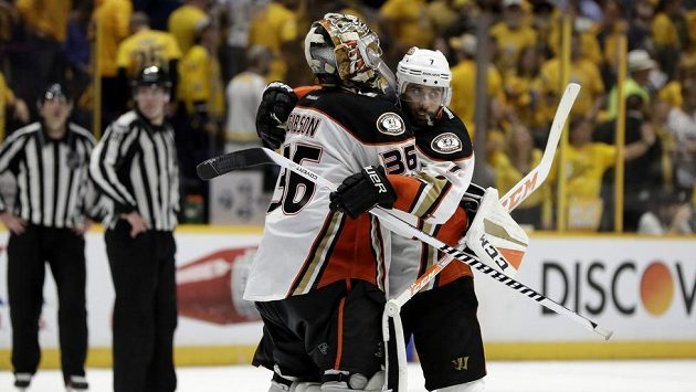 Útočník Anaheimu Ducks Andrew Cogliano se raduje s gólmanem Johnem Gibsonem z vítězství na ledě Nashvillu Predators ve čtvrtém finále Západní konference. Tým ducks vyhrál v prodloužení a srovnal stav série na 2:2 na zápasy.
