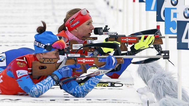 Ruská biatlonistka Margarita Vasiljevová (vpředu) vedle Slovenky Anastasije Kuzminové.