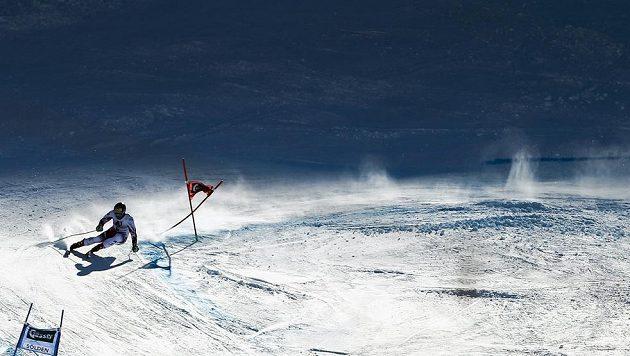 Rakouský lyžař Marcel Hirscher na trati obřího slalomu v Söldenu.