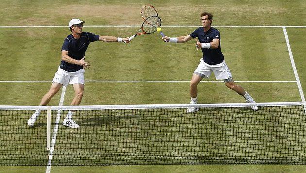Andy Murray (vpravo) se svým bratrem Jamiem zajistili ve čtyřhře Velké Británii druhý bod proti Francii.