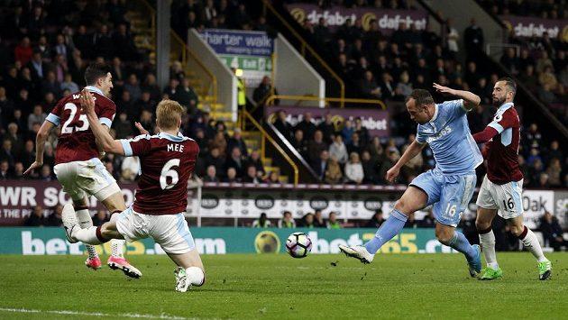 Záložník Stoke City Charlie Adam střílí na branku Burnley v utkání Premier League. V zápase pobavil diváky víc svým zpackaným rohovým kopem. Tomu se směje celá Anglie.