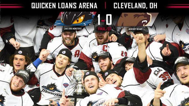 Hokejisté Lake Erie slaví zisk premiérového Calder Cupu.