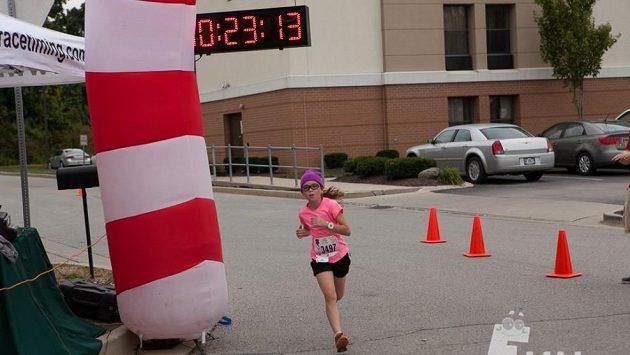Dvanáctiletá americká dívka Madison Rahschulteová, která si usmyslela, že ve státě Indiana zaběhne závody na pět kilometrů. A to ve všech krajích. Těch je 92.