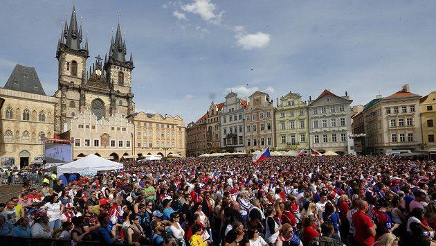 Čeští fanoušci na Staroměstském náměstí.