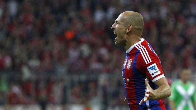 Fotbalista Bayernu Arjen Robben slaví gól proti Wolfsburgu v úvodním kole bundesligy, pak se ale zranil.