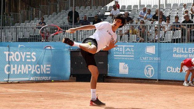 Srbský tenista Stefan Bojič předvádí na kurtu jeden ze svých freestylových kousků.