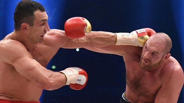 Památný boxerský souboj těžkých vah Vladmir Kličko (vlevo) - Tyson Fury.