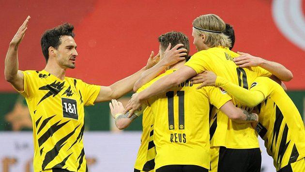 Fotbalisté Dortmundu se radují z gólu proti Mohuči. Zády Marco Reus se spoluhráči Erlingem Brautem Haalandem, Matsem Hummelsem (vlevo).