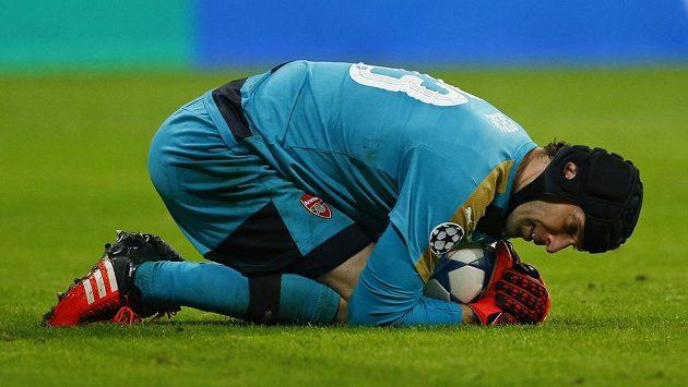 Brankář Arsenalu Petr Čech v akci během utkání Ligy mistrů na hřišti Bayernu Mnichov.