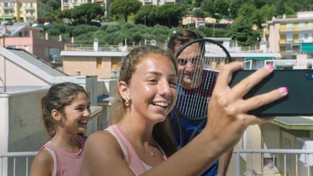 Švýcarský tenista Roger Federer navštívil dvě mladé tenistky, které se během karantény proslavily tréninkem na střeše.