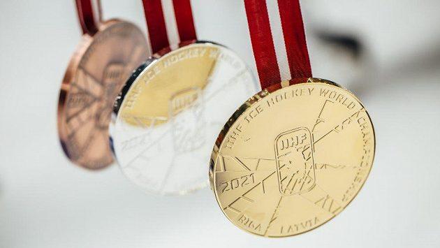 Takhle vypadají medaile pro letošní hokejové MS v Rize.