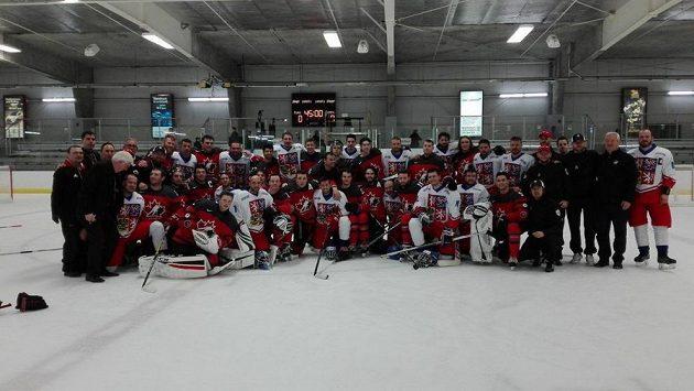 Čeští neslyšící hokejisté se vyfotili s hráči Kanady.