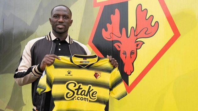 Fotbalista Moussa Sissoko pózuje s dresem Watfordu.
