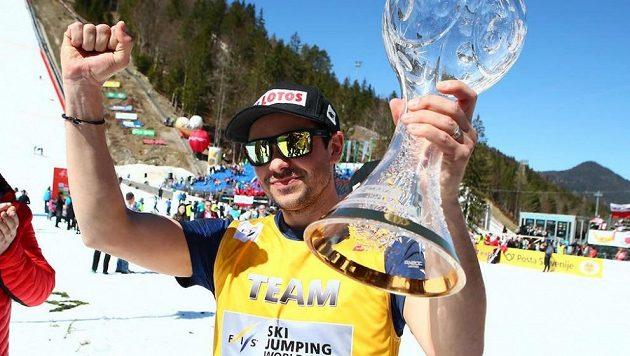 Michal Doležal s trofeji za Pohár národů pro polské skokany na lyžích.