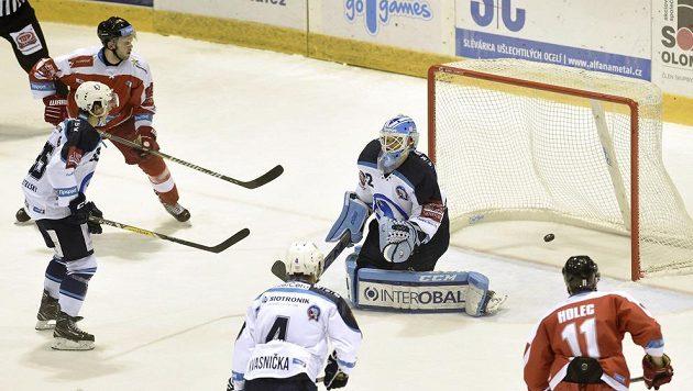 Brankář Plzně Miroslav Svoboda inkasuje druhou branku na ledě HC Olomouc v utkání 16. kola extraligy.