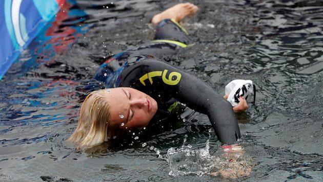 Dálková plavkyně Sharon van Rouwendaalová z Nizozemska v cíli ME.
