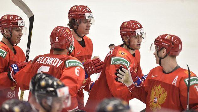 Ruští hokejisté oslavují úvodní gól proti Německu.