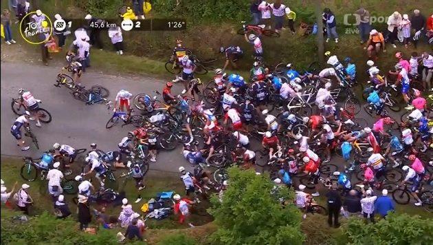 Hromadný pád v první etapě Tour de France