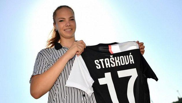Andrea Stašková s dresem Juventusu Turín.
