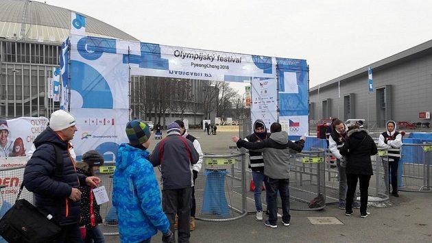 Před vstupem na olympijský festival musí každý projít kontrolou.