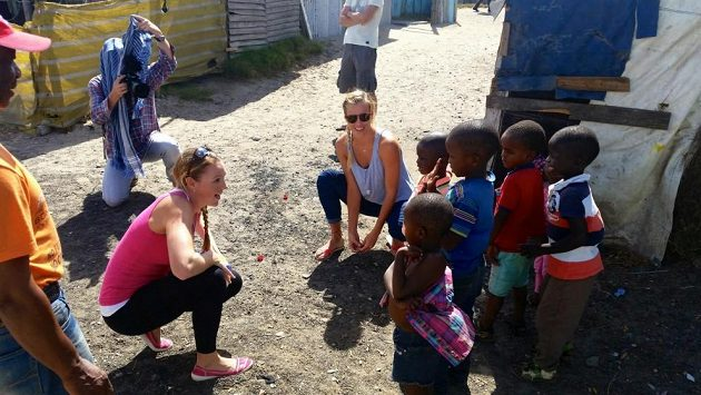 Kristýna Kolocová (vlevo) a Markéta Sluková s dětmi v jihoafrickém Guguletu.