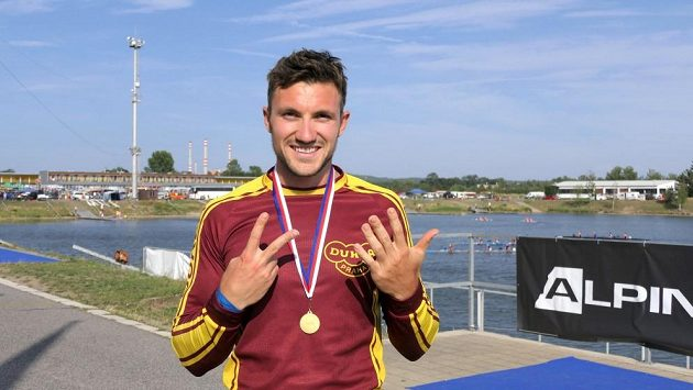 Sedm prstů Martina Fuksy symbolizuje stejný počet zlatých medailí z mistrovství republiky.
