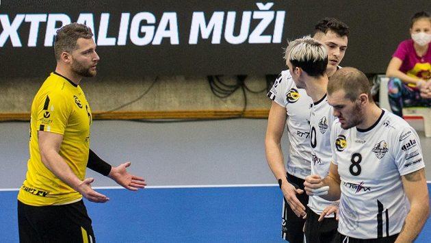 Český volejbalový reprezentant Milan Moník (vlevo) bude od příští sezony oblékat dres Lvů.
