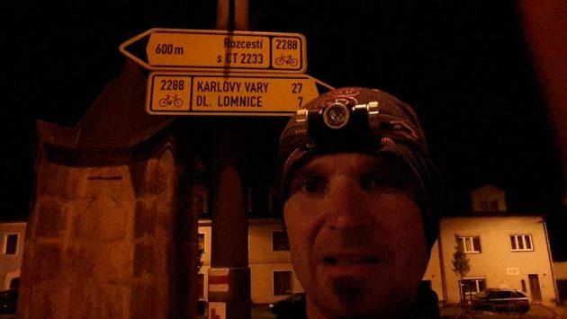 Jsou noci, kdy potřebujete spolehlivou svítilnu. Na 166 km dlouhé cestě do Varů.
