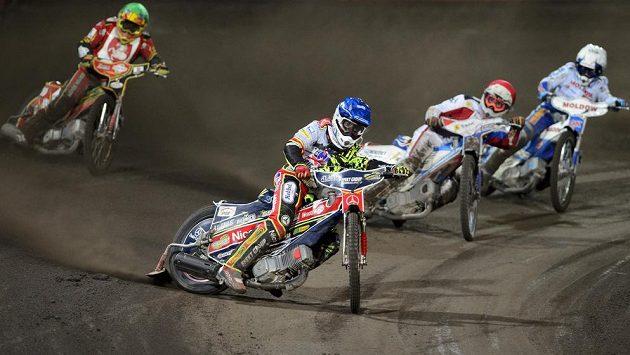 Polák Przemyslaw Pawlicki (druhý zleva) si jede pro vítězství ve finálové jízdě na Memoriálu Luboše Tomíčka. Vlevo je český reprezentant Václav Milík.