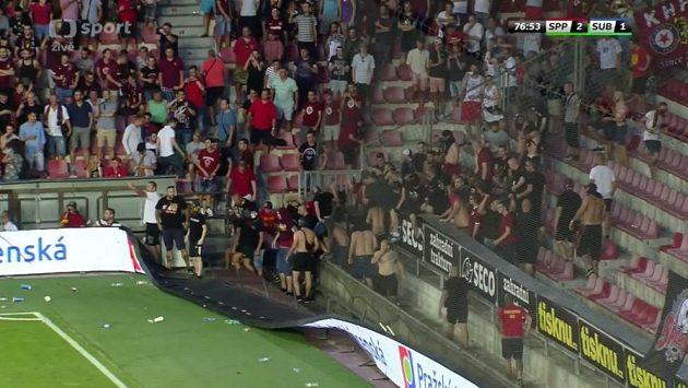 Fanoušci z kotle Sparty během odvety se Suboticí prolomili bariéru a vnikli na hrací plochu.