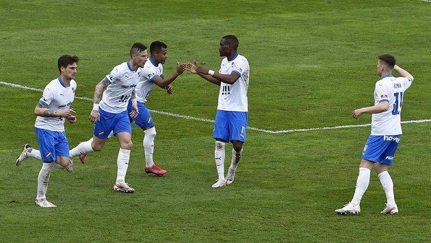 Hráči Ostravy se radují z prvního gólu. Uprostřed je autor gólu Carlos Dyjan De Azevedo z Ostravy.
