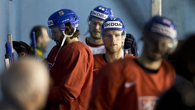 Vladimír Sobotka (uprostřed) přichází na trénink.