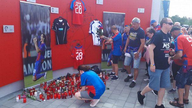 Fanoušci Plzně dávají poslední sbohem bývalému obránci Viktorie Mariánu Čišovskému, který v noci na neděli zemřel po dlouhé těžké nemoci. Bylo mu čtyřicet let.