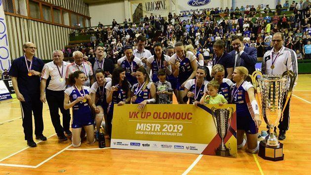 Olomoucké volejbalistky po zisku titulu.