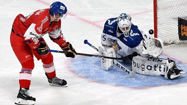 Český hokejista Jakub Krejčík proměňuje rozhodující nájezd proti Finsku na turnaji Karjala.