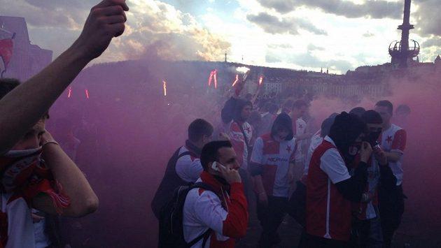Fanoušci fotbalové Slavie při pochodu na Letnou, kde se v sobotu hraje pražské derby.