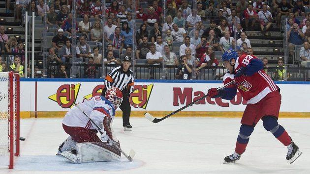 Český reprezentant Aleš Hemský střílí vítězný gól v samostatných nájezdech, vlevo je ruský brankář Semjon Varlamov.