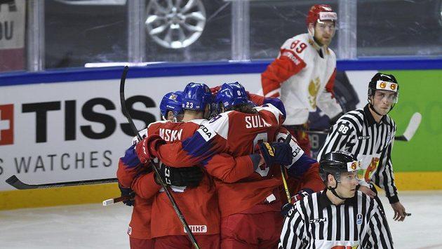 Čeští hokejisté oslavují gól proti Rusům.
