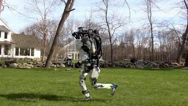 Atlas, robot-atlet už toho začíná umět víc než lidé.