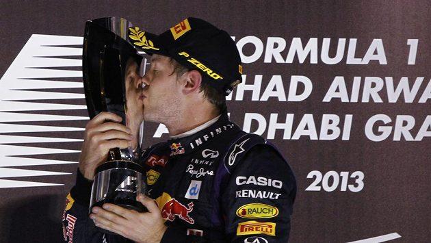 Sebastian Vettel líbá trofej pro vítěze Velké ceny Abú Zabí.