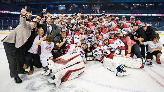Hokejisté Charlotte Checkers slaví zisk Calder Cupu.