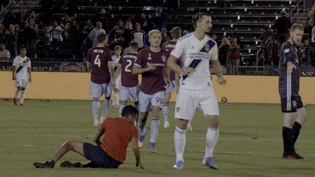 Zlatan Ibrahimovic kráčí do kabin po závěrečném hvizdu utkáni MLS mezi Los Angeles Galaxy a Colorado Rapids.