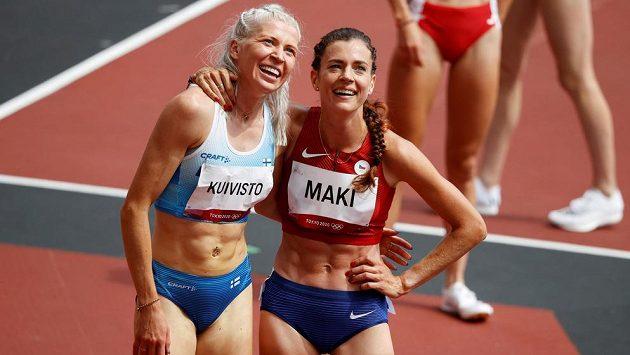 Česká mílařka Kristiina Mäki (vpravo) slaví společně s Finkou Sarou Kuivistovou postup do semifinále olympijských her v Tokiu.